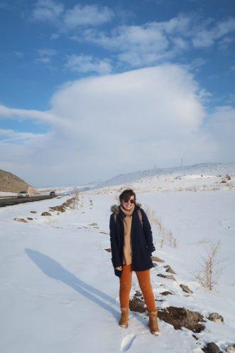 casaco Luigi Bertolli, suéter de gola alta Stradivarius, calça de veludo Uniqlo, bota Uno Shoes, óculos Ray Ban, mochila Uncle K